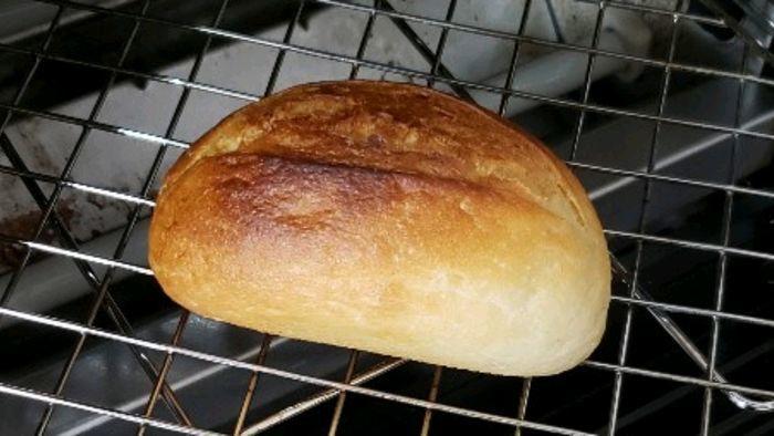 焼きあがったメニセーズのフランスパン