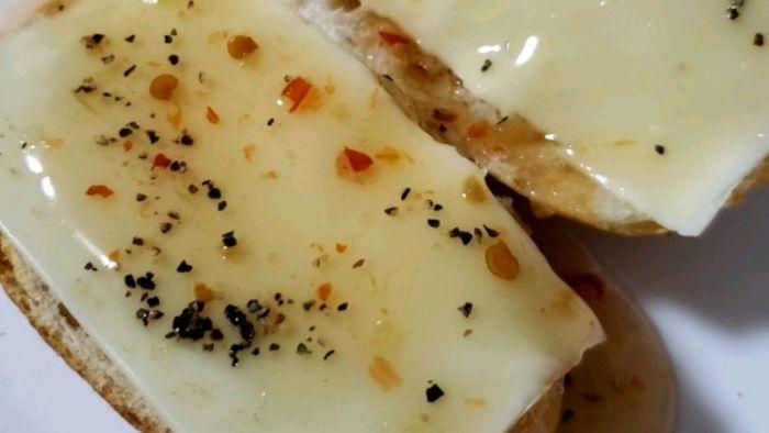 チーズとスイートチリソースで味付