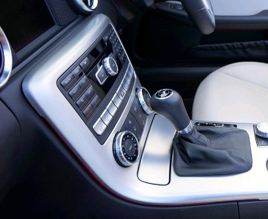 車の中で整備する写真