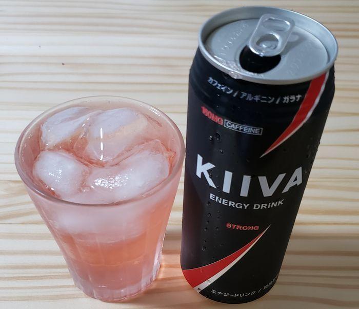 500ml入りのKiiVAをグラスに注ぐ