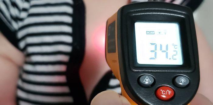 体温を非接触温度計で測定