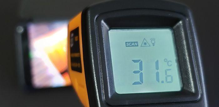 スマートフォンを非接触温度計で測定