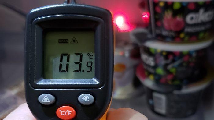 冷蔵庫の冷蔵室を非接触温度計で測定