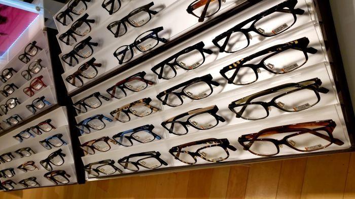 Zoffのメガネを展示している棚