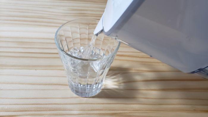 コップに水を注いでいる浄水ポット
