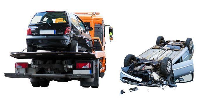 事故車両をレッカー車で運ぶ