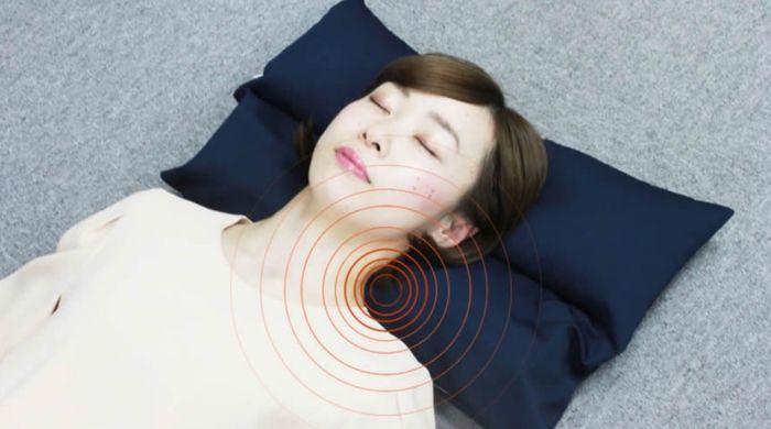 枕を使って女性が寝ている