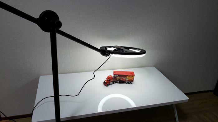 低い位置を照らしている撮影ライト