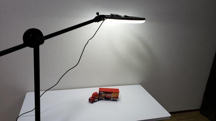 高い位置を照らしている撮影ライト