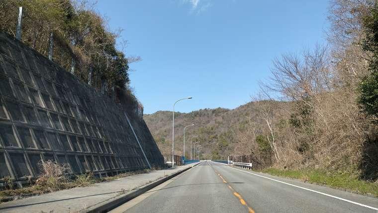 山の中の一般道